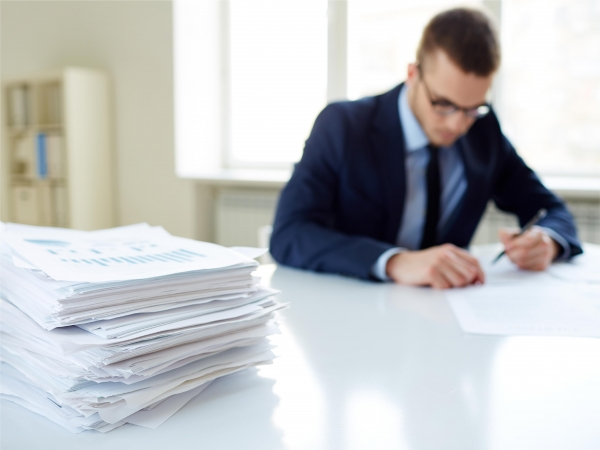 Lo que pide un inspector cuando comprueba si en una empresa los empleados realizan horas extras